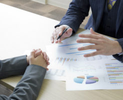 投資案件を分析する男性