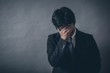 投資で失敗し落ち込む男性